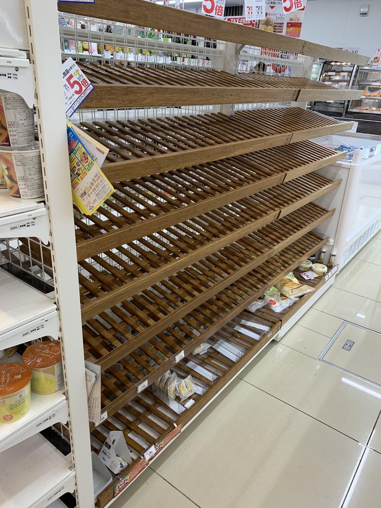 因為颱風因素,超商的麵包已經被民眾掃光。圖/民眾D小姐提供