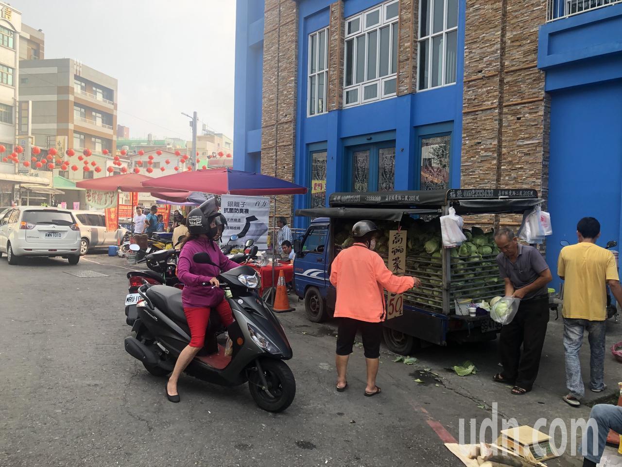 雲林縣菜農載一整車高麗菜,在嘉義市共和市場叫賣, 3顆重約5至6斤賣50元,吸引...