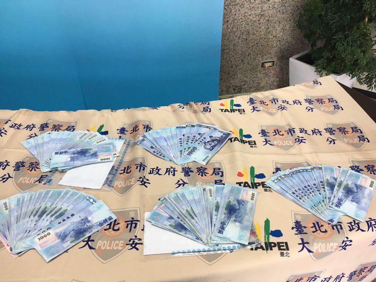 警方起獲贓款13萬餘元、行動電話12支。記者李隆揆/翻攝