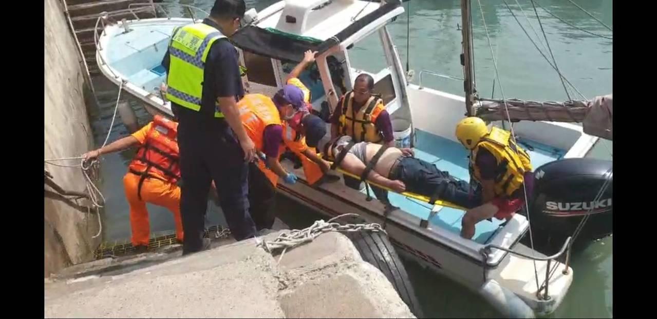 海巡人員抵達現場後,與永安消防分隊共同下水救援,並請濟川號漁船協助,將落海民眾載...
