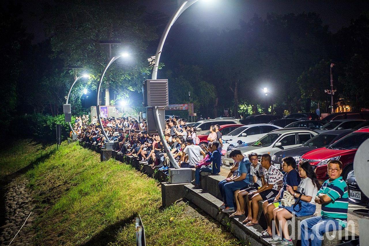 蘭潭音樂噴泉最高水柱50公尺,搭配七彩燈光效果及6首特色曲目,已成為入夜造訪的夜...