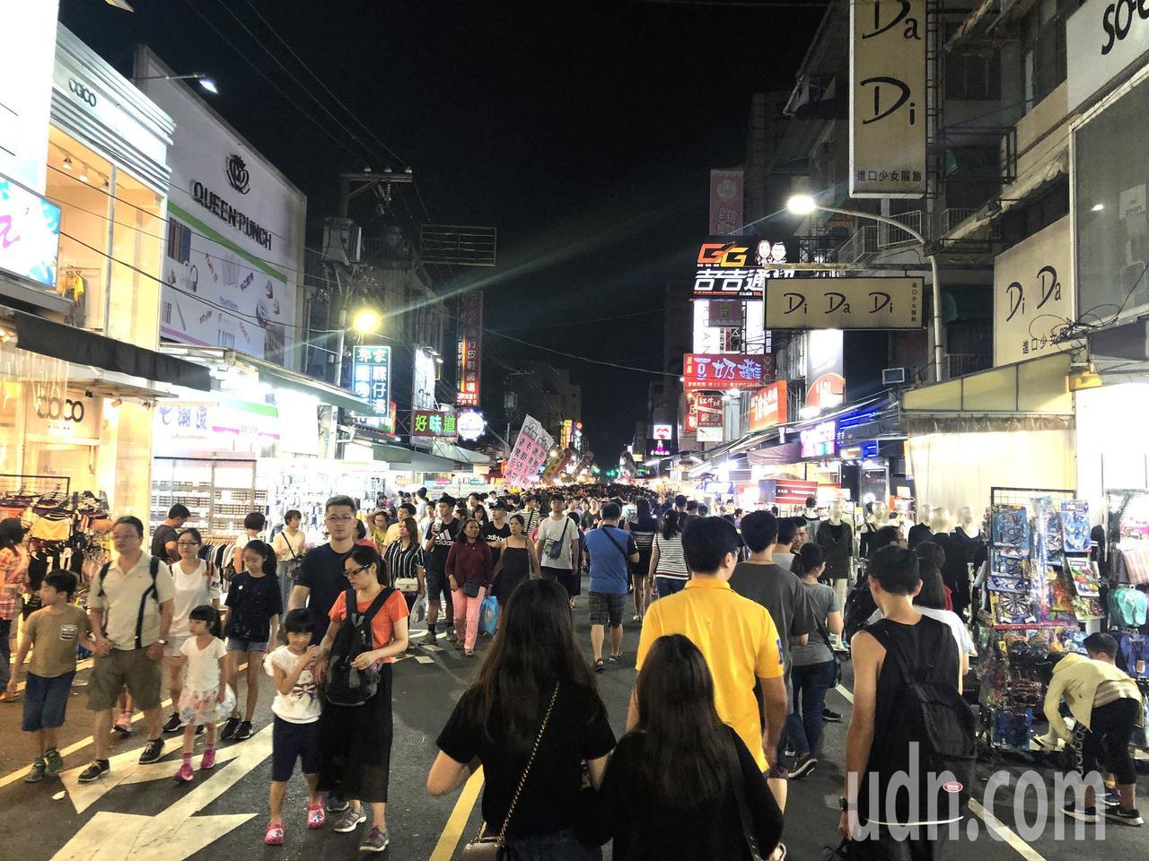 嘉義市文化路觀光夜市人潮滿滿。記者魯永明/攝影