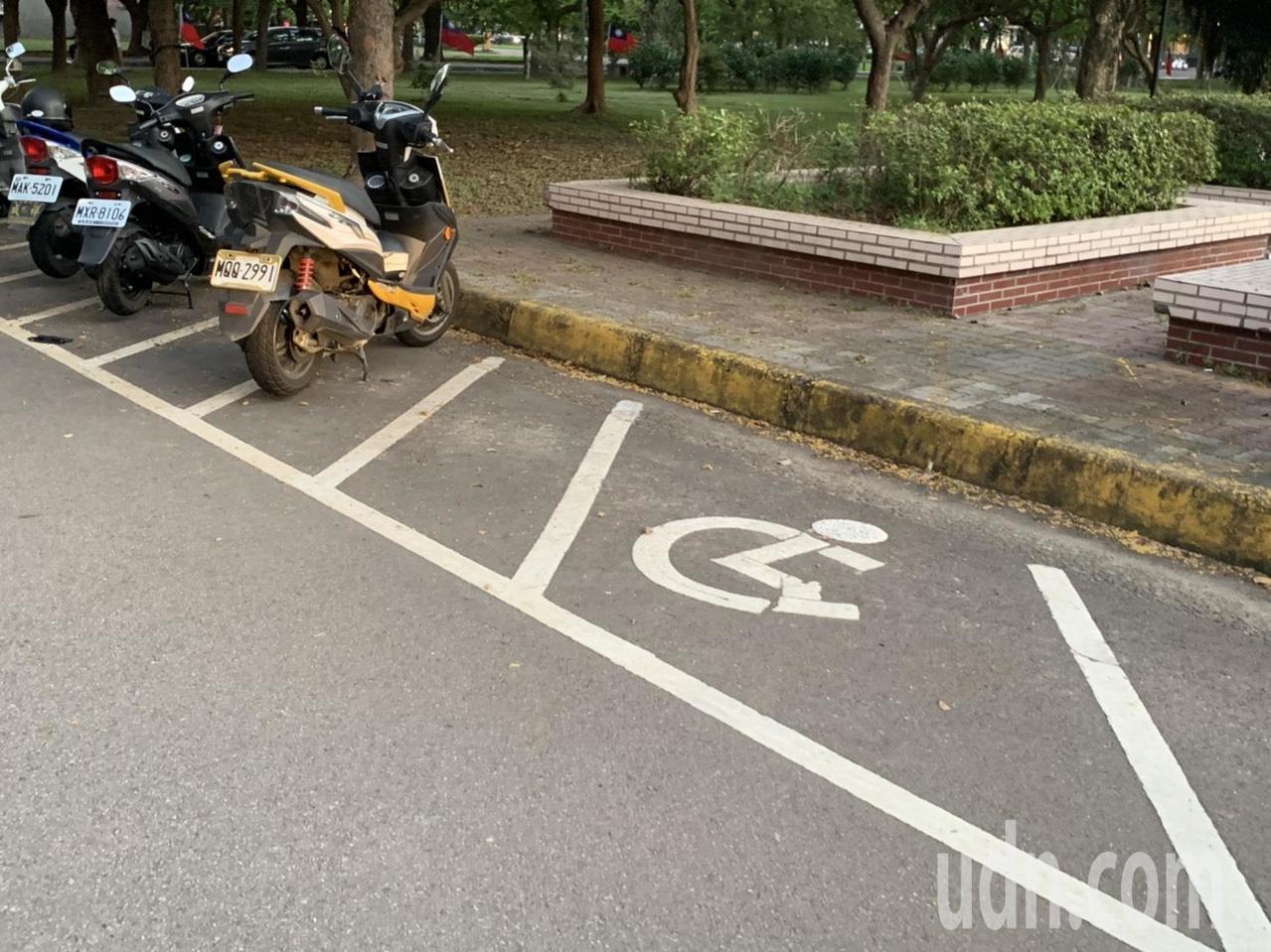 新竹縣的身障人口達2萬多人,據縣府統計,公有的無障礙機車停車格卻只有12個。記者...