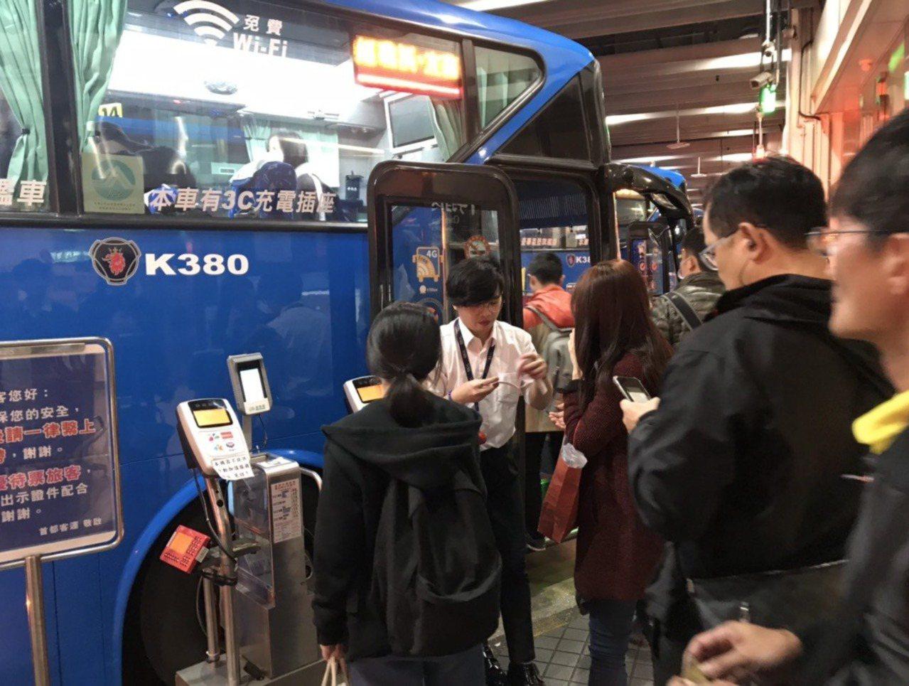 國慶連假期間,86條國道客運路線提供票價優惠。圖/首都客運提供