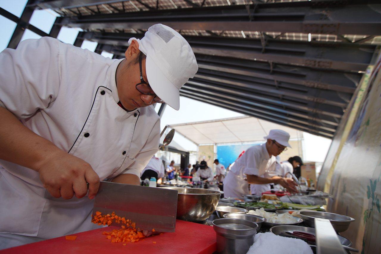 學生組參賽者專注料理製作。圖/客家局提供