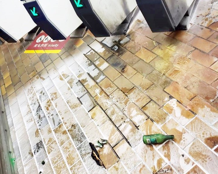 九龍塘站G1出入口被投擲汽油彈。香港員警圖片