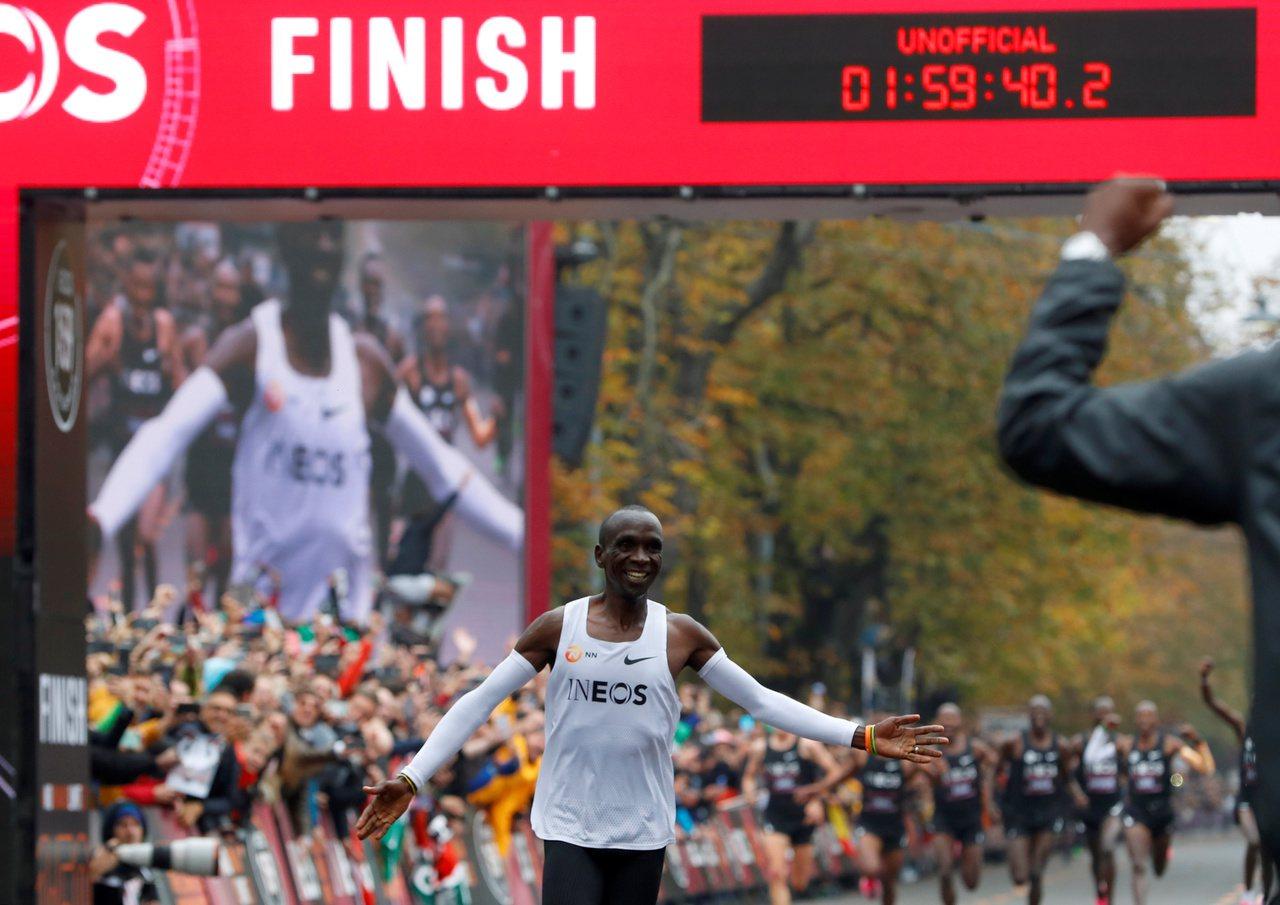 基普喬蓋抵達終點線的一刻,以不到2小時打破非官方的馬拉松世界紀錄。(路透)