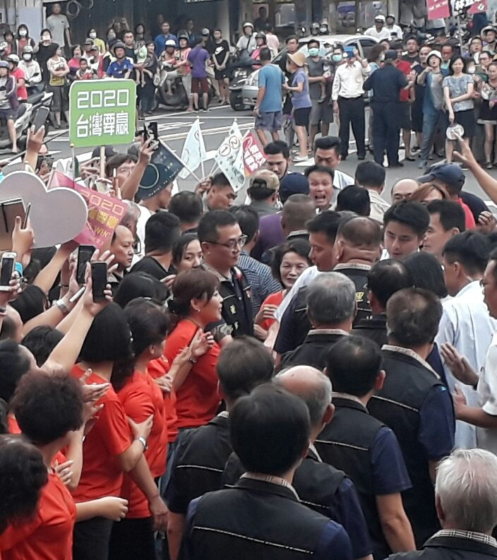 一名中年男子(右上)在蔡英文經過時大叫並伸手拿出一疊紙張,立即被架走。記者周宗禎/攝影