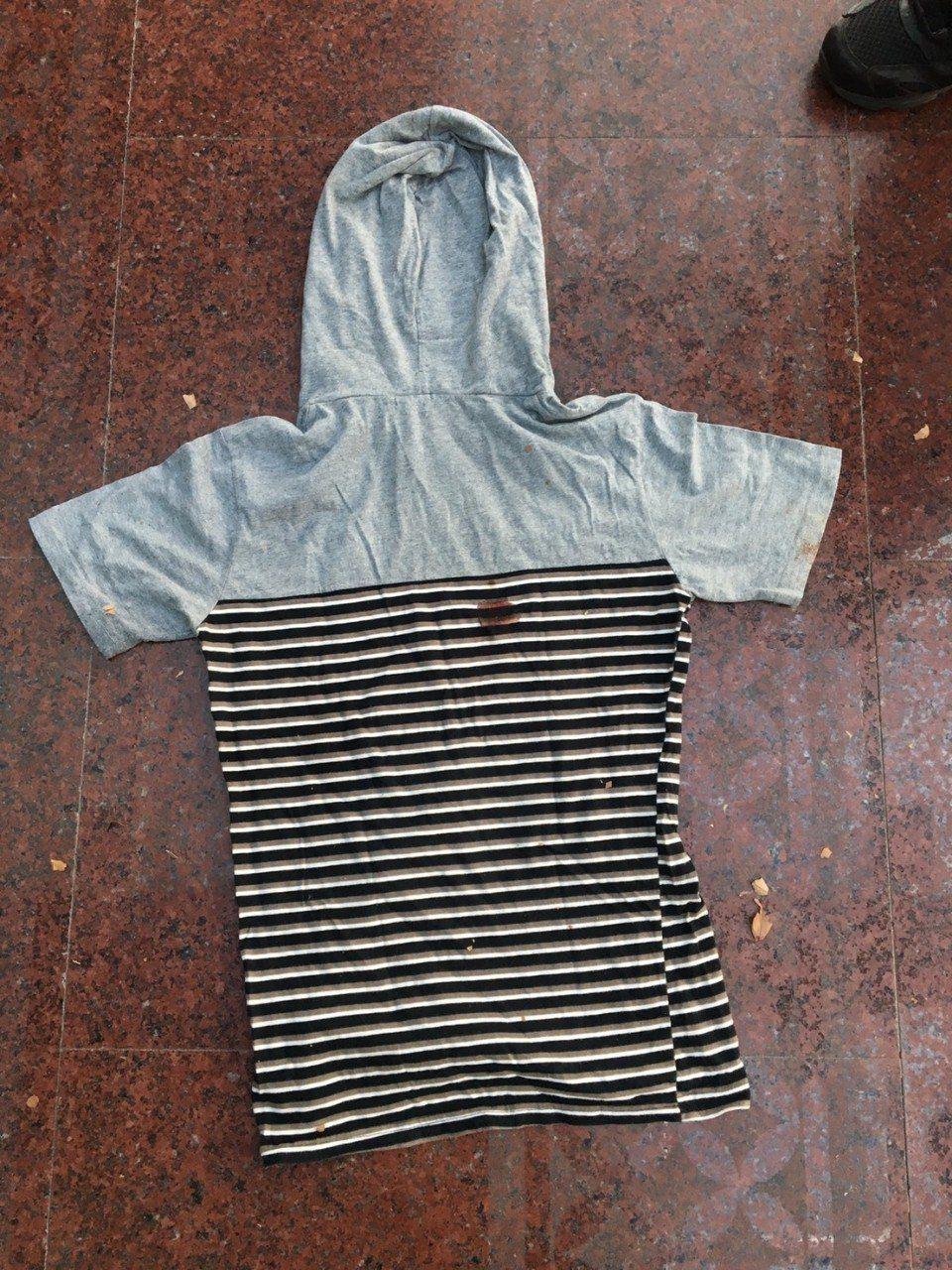 女嬰以條紋連身衣包裹。