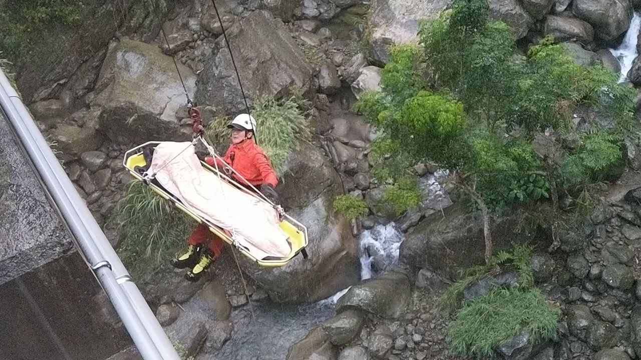 賴男墜落橋下,消防隊到場時已無呼吸心跳。圖/讀者提供