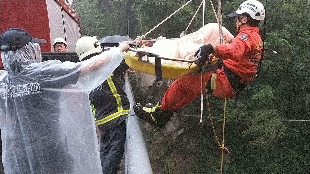 消防隊到場將賴男吊掛上橋時,已無呼吸心跳。圖/讀者提供