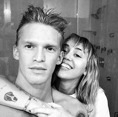 麥莉與「雷神弟」連恩漢斯沃離婚後2個月,認愛22歲鮮肉男星寇迪辛普森。圖/摘自I