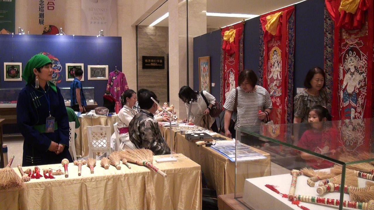 佛館本館1樓至11月3日止,展出勒勒車、服飾、頭飾、金銀器鏨刻、蒙古文書法、蒙古...
