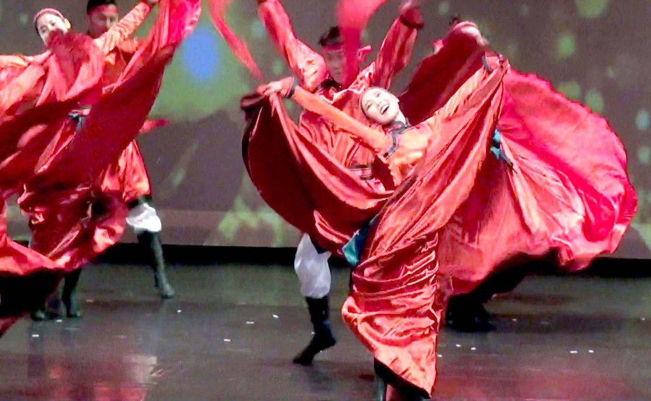 內蒙庫倫地區流行的安代舞,舞者甩巾踏步,歡樂氣氛感染全場。記者王昭月/攝影
