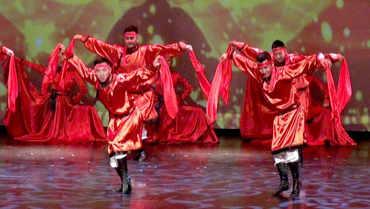 在佛館大覺堂登場的「美麗的草原我的家」專場演出,由內蒙庫倫地區流行的安代舞打頭陣...