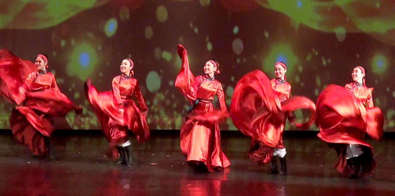 佛館大覺堂登場的「美麗的草原我的家」專場演出,由內蒙庫倫地區流行的安代舞震撼開場...