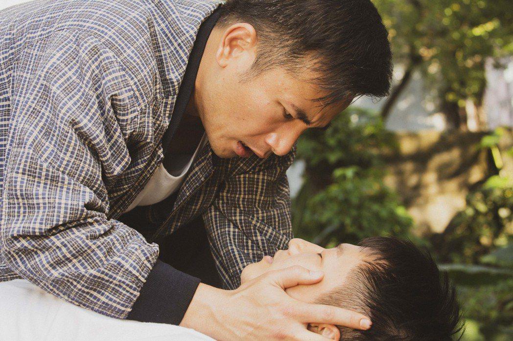 傅子純(左)著急蔡昌憲傷勢。圖/公視提供