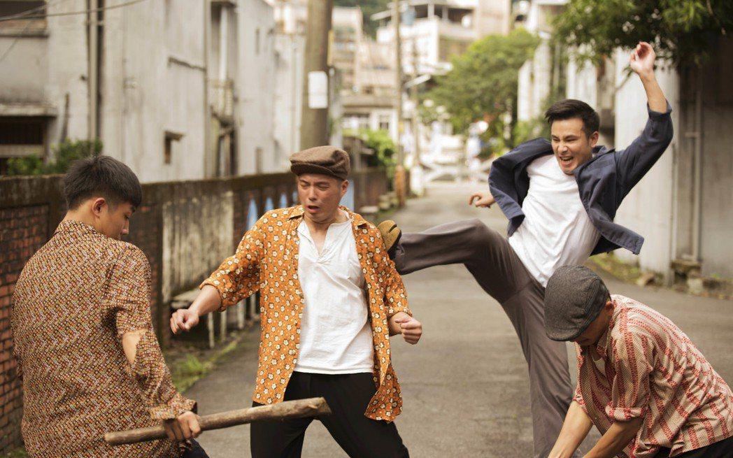 傅子純(右二)拍打鬥戲一個飛踢,導致腳脫臼變長短腳。圖/公視提供