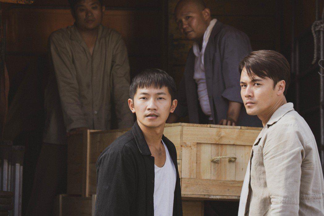 蔡昌憲(左)、黃文星(前右)劇中在碼頭做散工,慘遭老闆剝削壓榨。圖/公視提供