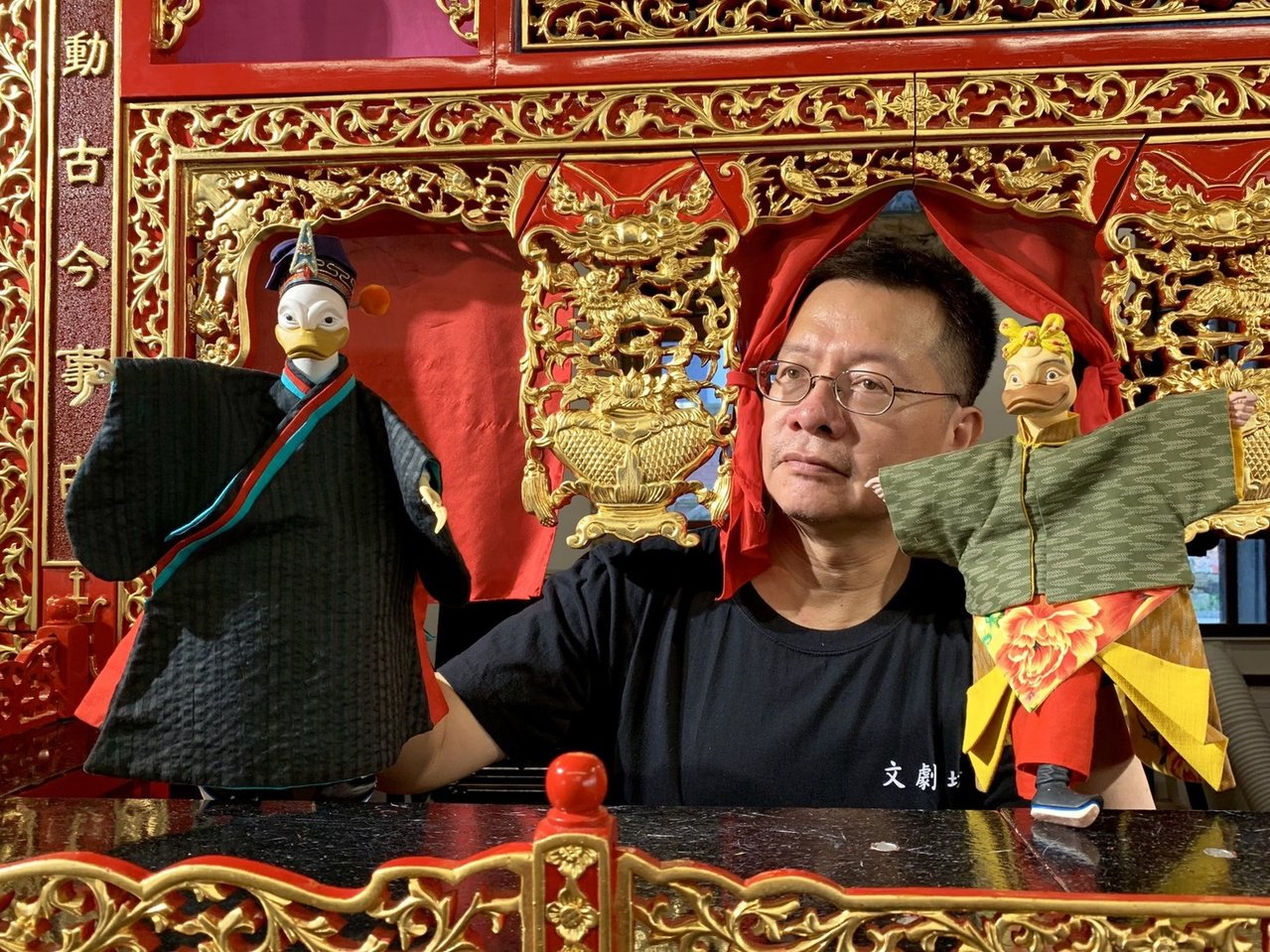 蔡長菁創作的布袋戲,讓唐小鴨穿上古裝布袋戲。圖/文劇坊掌中劇團提供