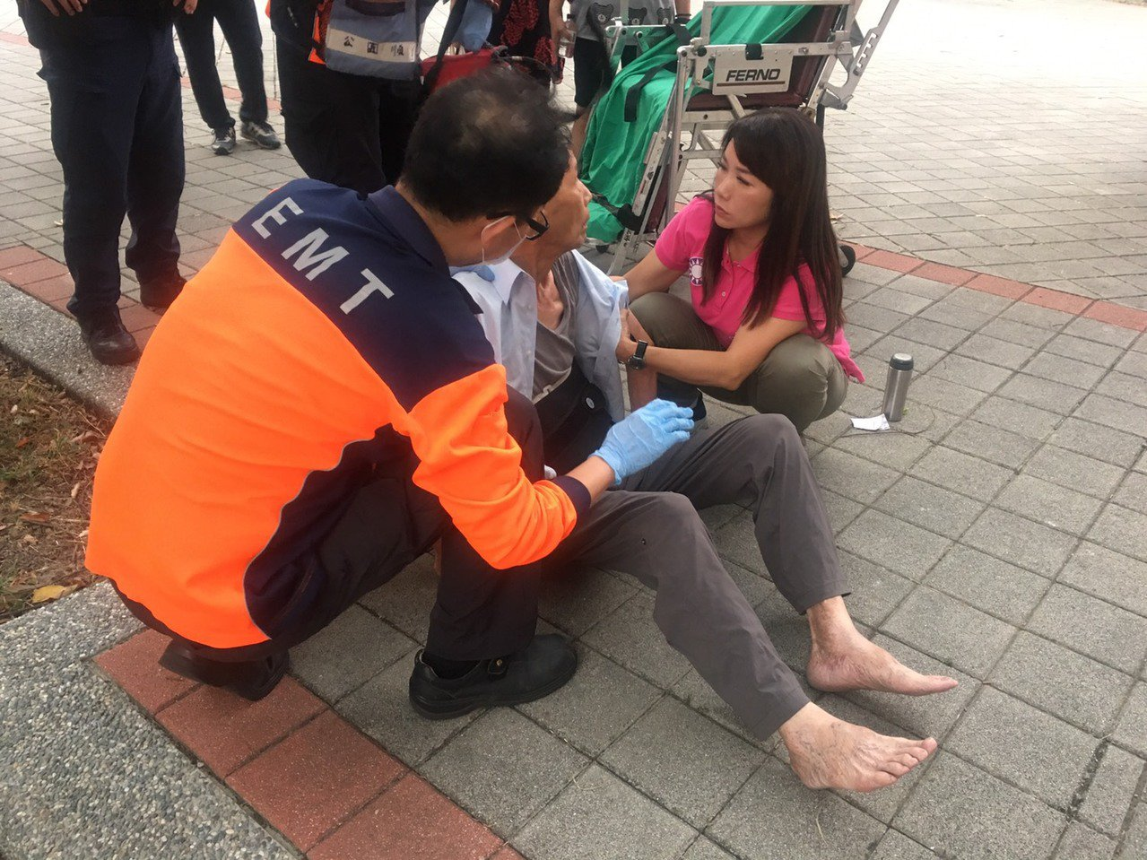「救人第一」童小芸因此中斷拜票行程,全力協助將老翁緊急送醫治療。記者邵心杰/翻攝