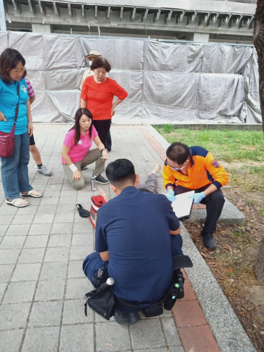影/老翁公園內昏倒 立委候選人放下行程「救人第一」