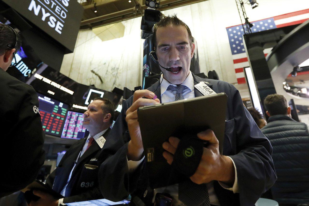 美國10年期和3年期公債殖利率利差相隔多月後終於轉正,經濟衰退訊號轉淡。 美聯...