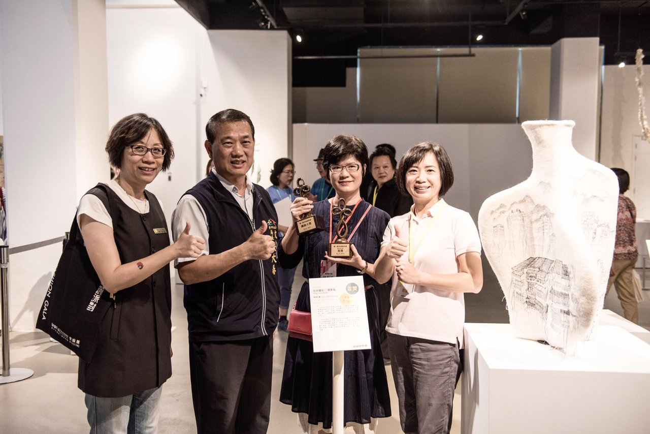 今年藝術創作類首獎由林秋鴻(右二)的作品「毛地墨彩三環景瓶」奪得,圖中左二為台中...