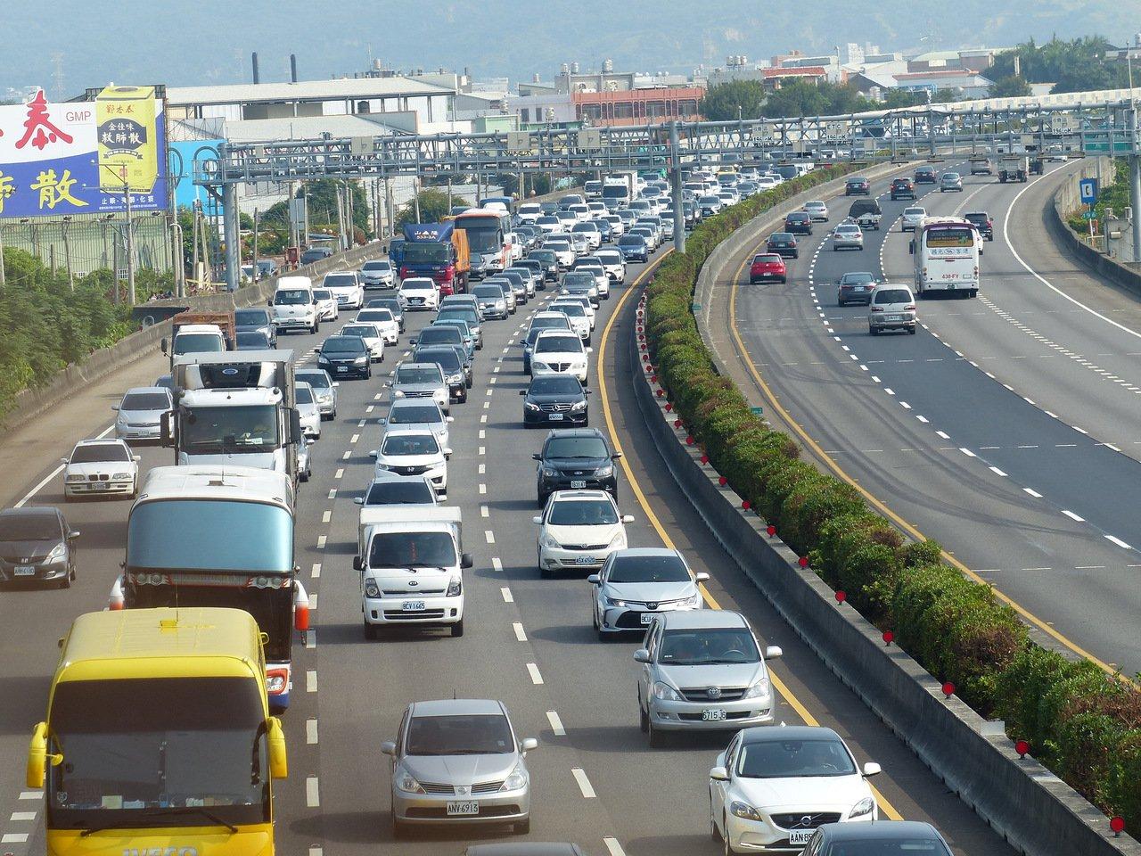 當塞車讓高速公路不再高速 魏明谷主張不該計程收費
