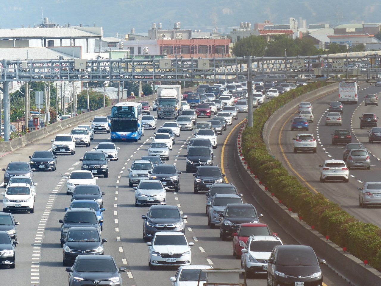 高公局預估下午起西部國道將會湧現車潮。聯合報系記者劉明岩/攝影