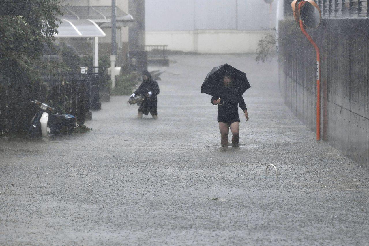 日本防災專家指出,若淹水高度超過膝蓋以上,最好避免強行涉水,以免發生危險。(美聯...