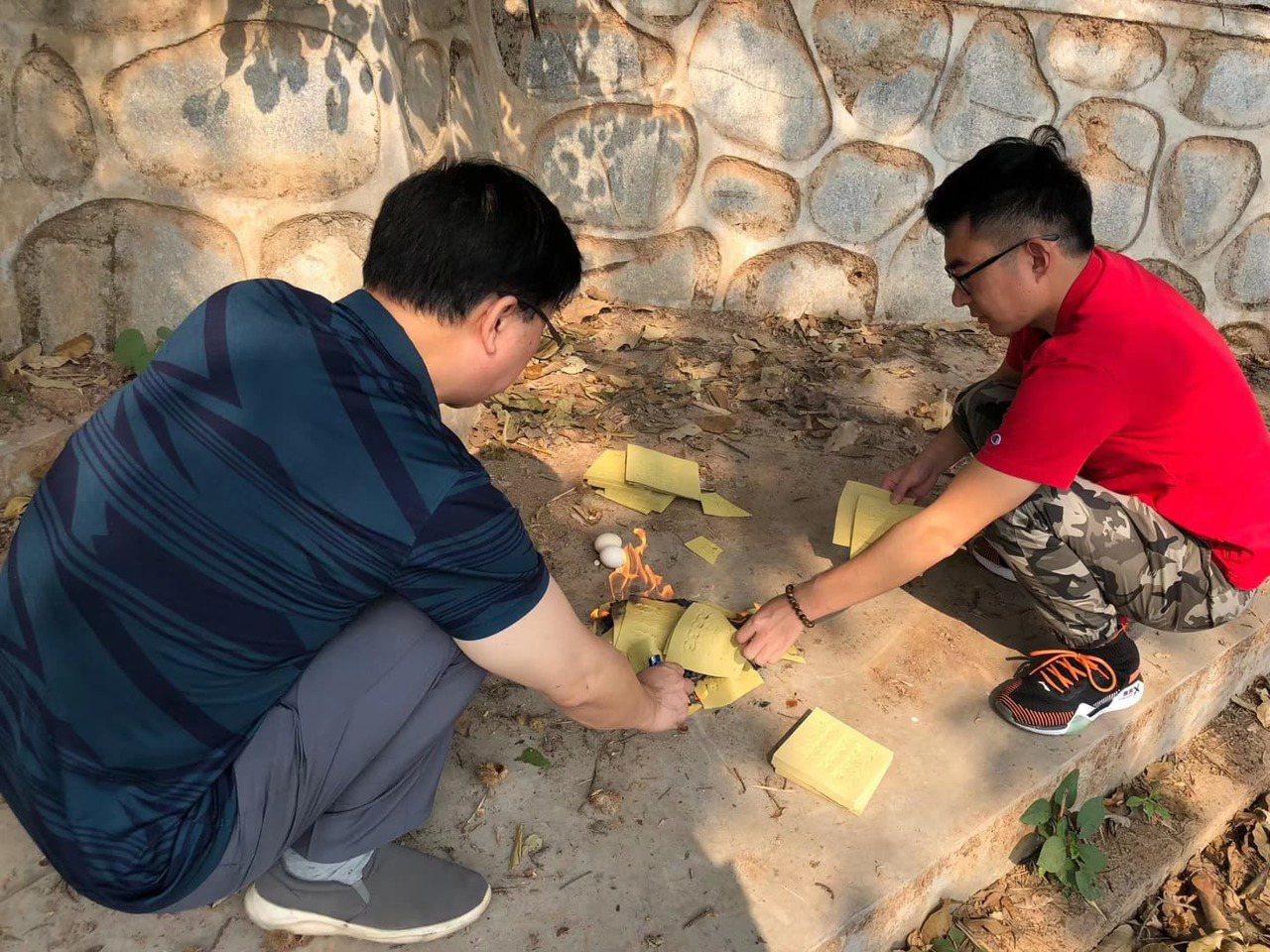 志願者依中國傳統風俗向傘兵先烈稟告進度。圖/讀者羅吉倫提供