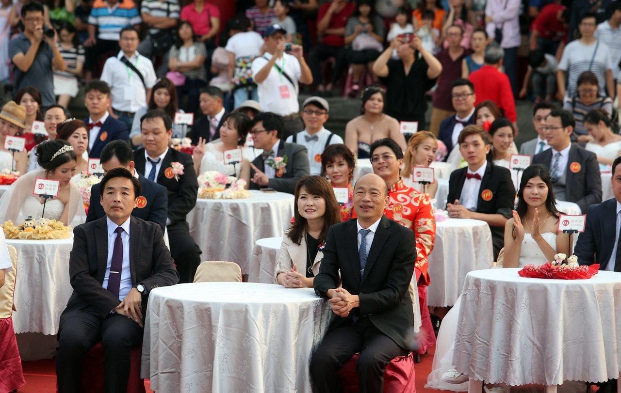高雄市長韓國瑜(前桌右)擔任108年第二場市民集團婚禮主婚人,叮嚀新人要「好好做...