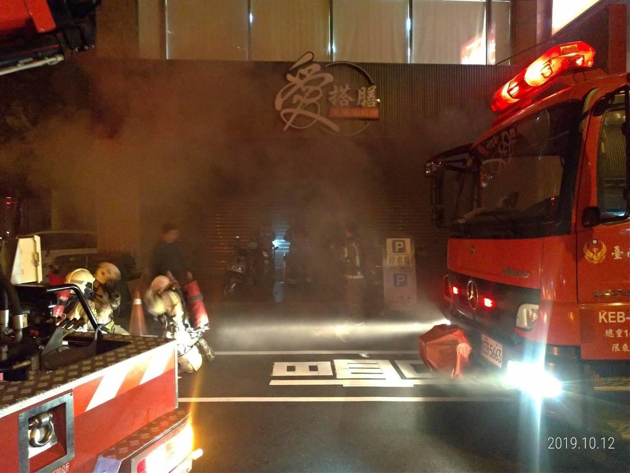 消防人員破門入室搜索及另派人員入內搶救。經清查後,發現火勢在1樓餐廳吧台,出水搶...