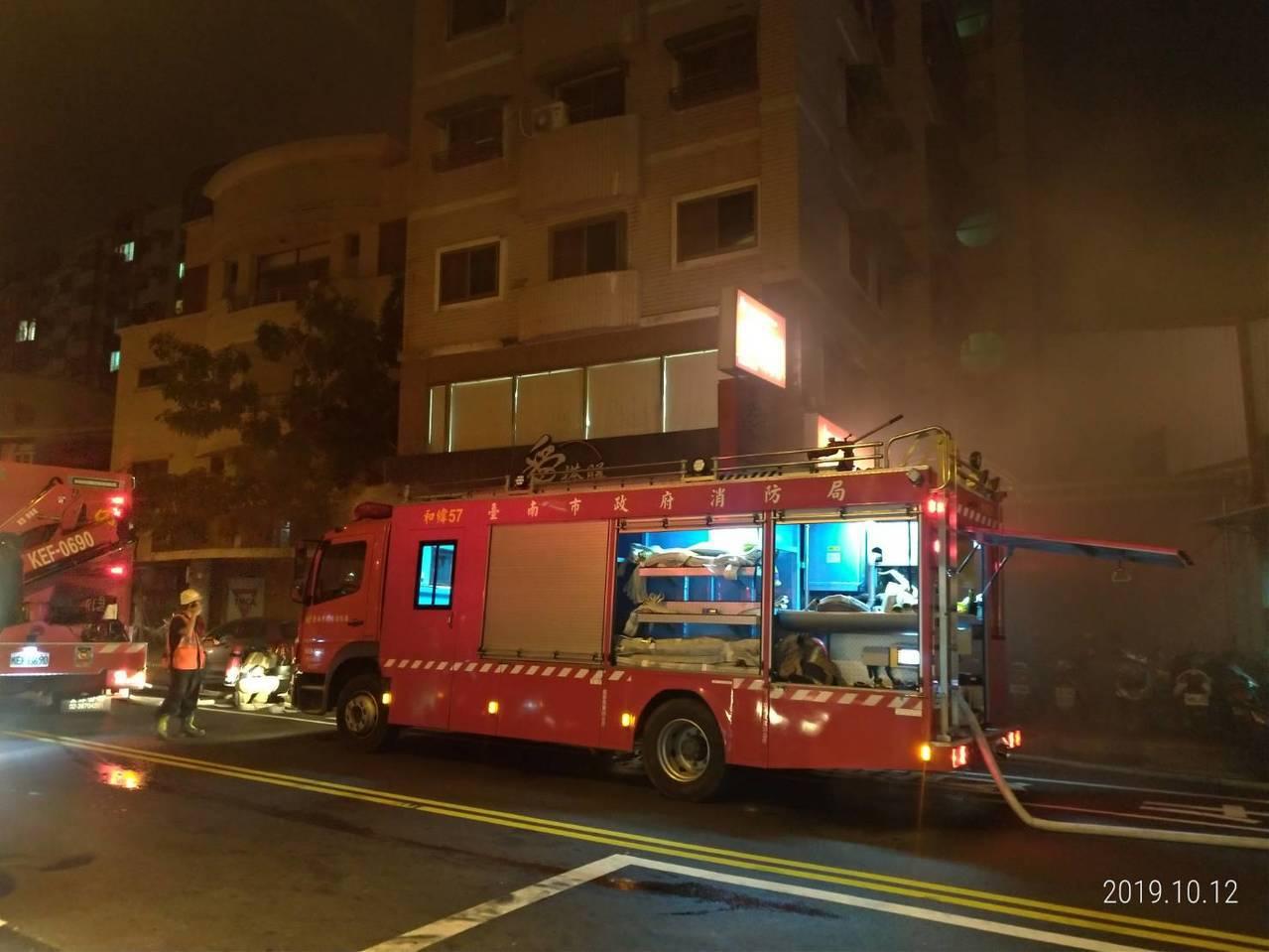 台南市中西區民權路三段住宅晚間傳出火警,該7層樓建築物,1樓餐廳有濃煙冒出,消防...