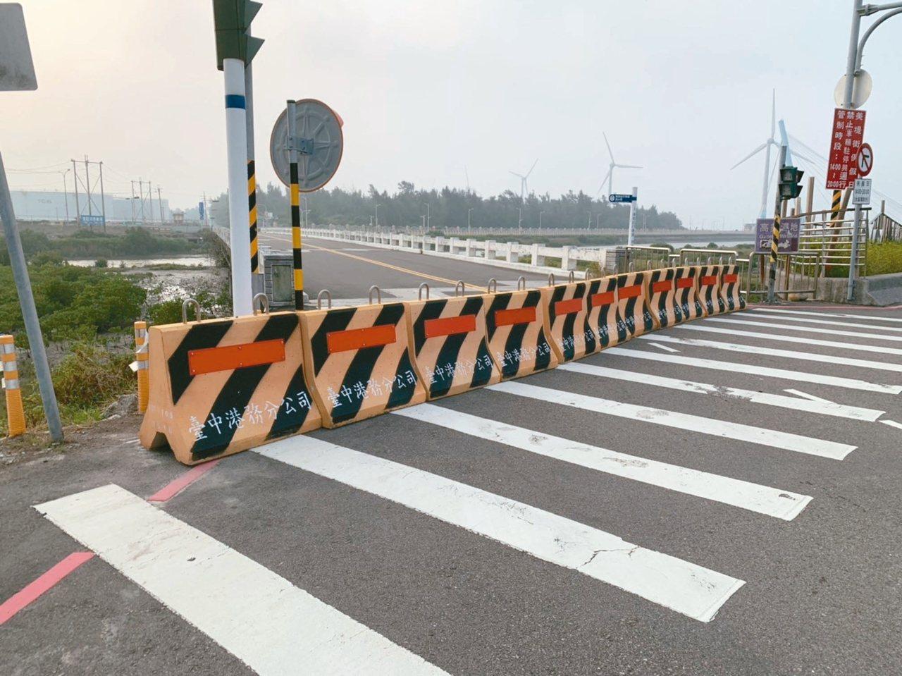 台灣港務公司副總王派峰表示,台中港濱海橋有一座部分損壞,有混凝土掉落、危及結構安...