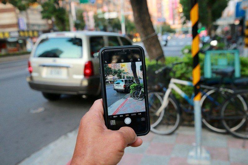 人手一機的時代,民眾隨手都可拍下交通違規案檢舉,有檢舉達人今年已檢舉超過八千件。圖/聯合報系資料照片