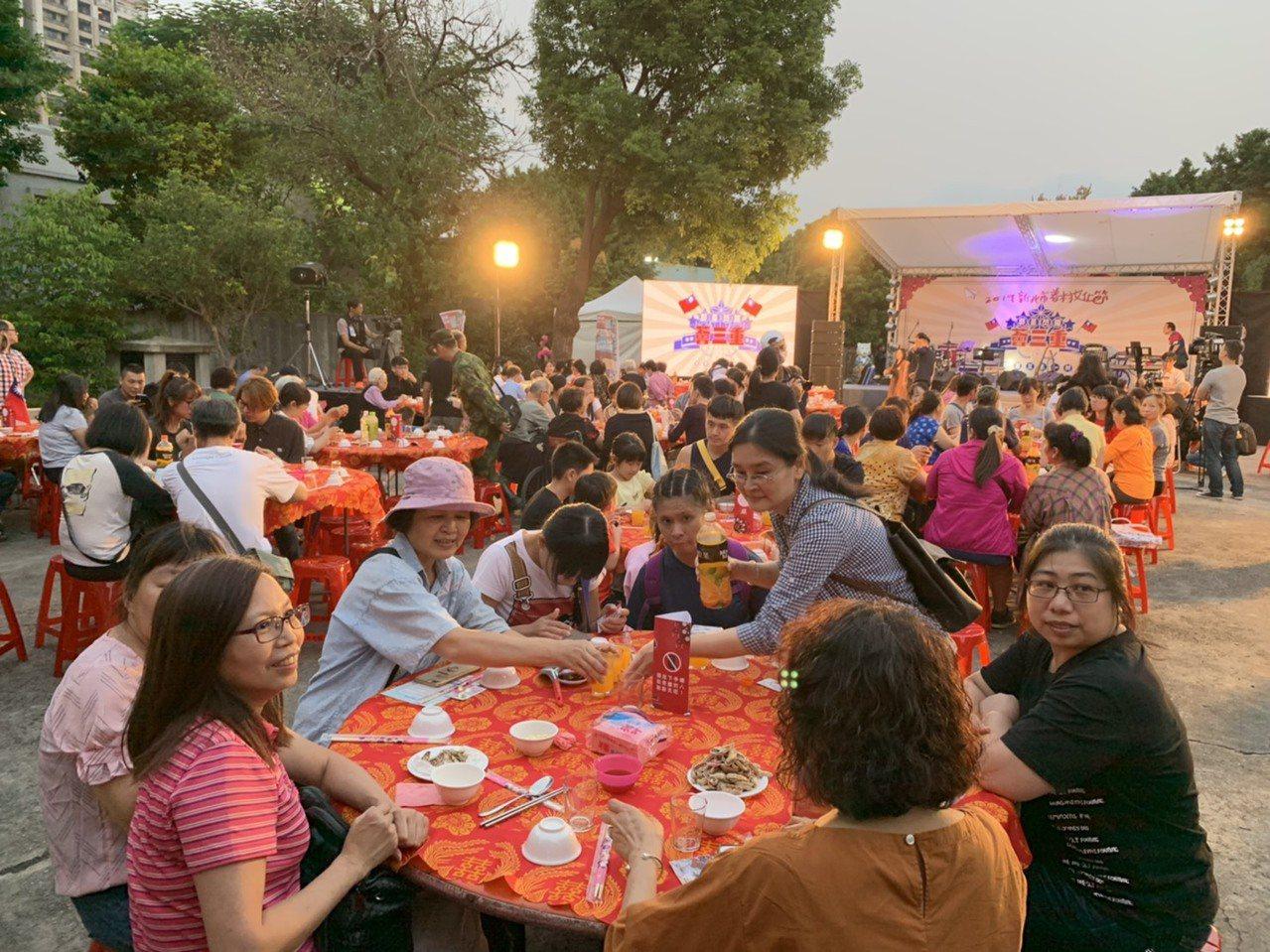 今年是新北市眷村文化節十周年,特別準備盛大的國語經典老歌辦桌。記者魏翊庭/攝影