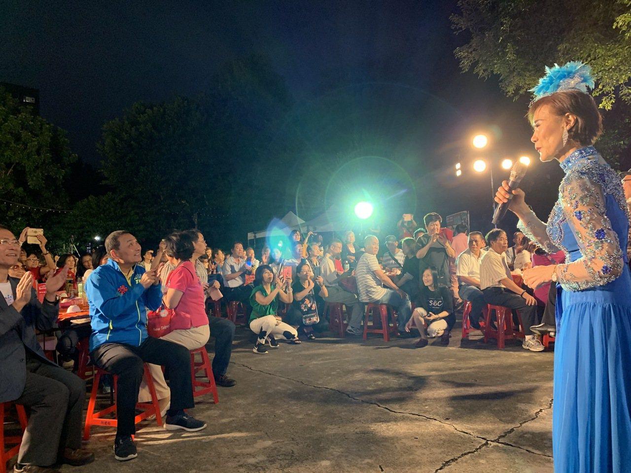 新北市長侯友宜(左藍衣)也到現場與近500位民眾一起「眷村開飯,親子共食」。記者...