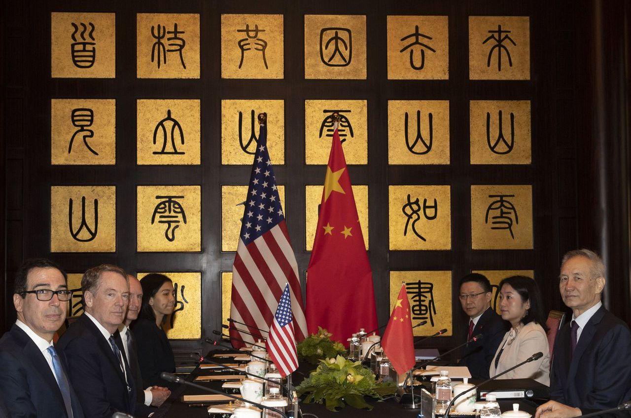 7月上海美中貿易談判,會場牆上的書法「雲來山更佳,雲去山如畫,山因雲晦明,雲共山...