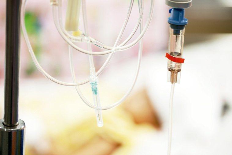 研究發現,不到一半病人能夠耐受三種藥物組合之七成劑量,而且有六成病人因為白血球掉...