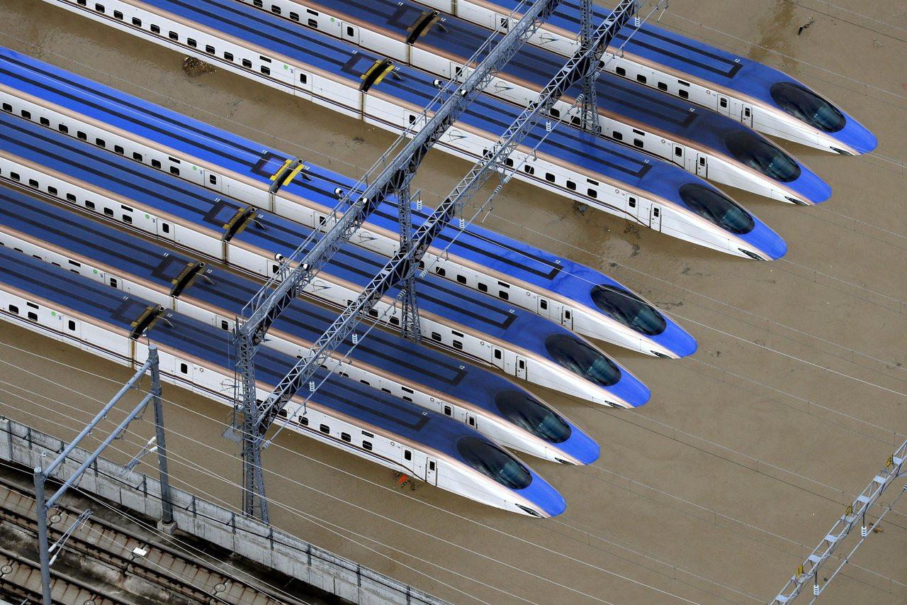 長野新幹線的車輛中心也遭水患,數量車廂遭水吞,勢將影響新幹線未來的運行。路透