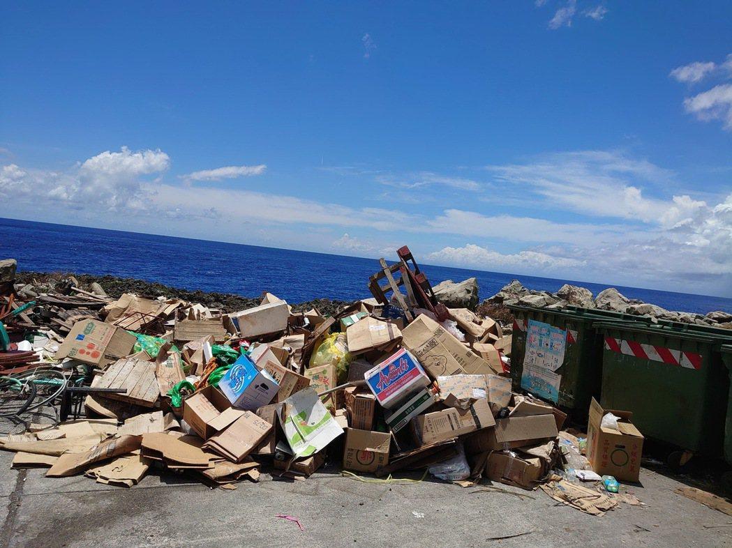 暑假期間,蘭嶼島上隨處可見垃圾被棄置在環島公路邊。記者羅紹平/翻攝