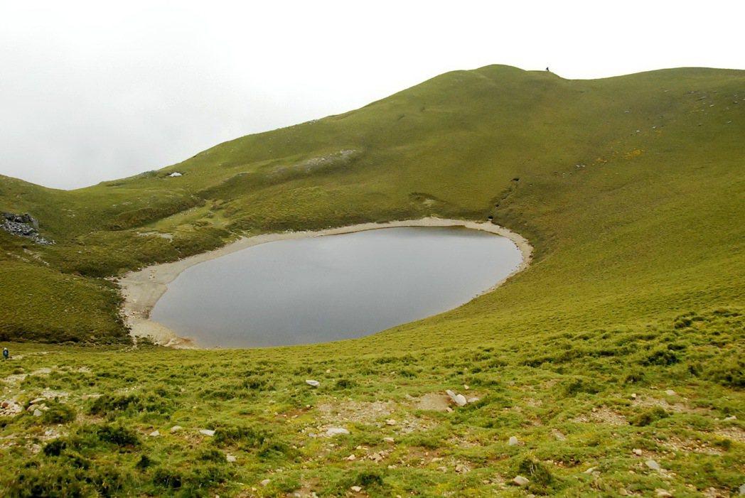 海拔3310公尺的嘉明湖每年吸引逾2萬山友朝聖。記者羅紹平/翻攝