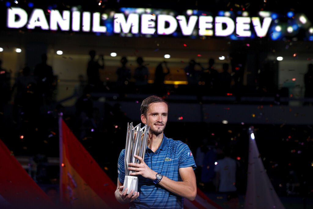 梅德維夫在上海名人賽單打決賽直落二輕取德國新星澤瑞夫,收下本季第4座、生涯第7座...