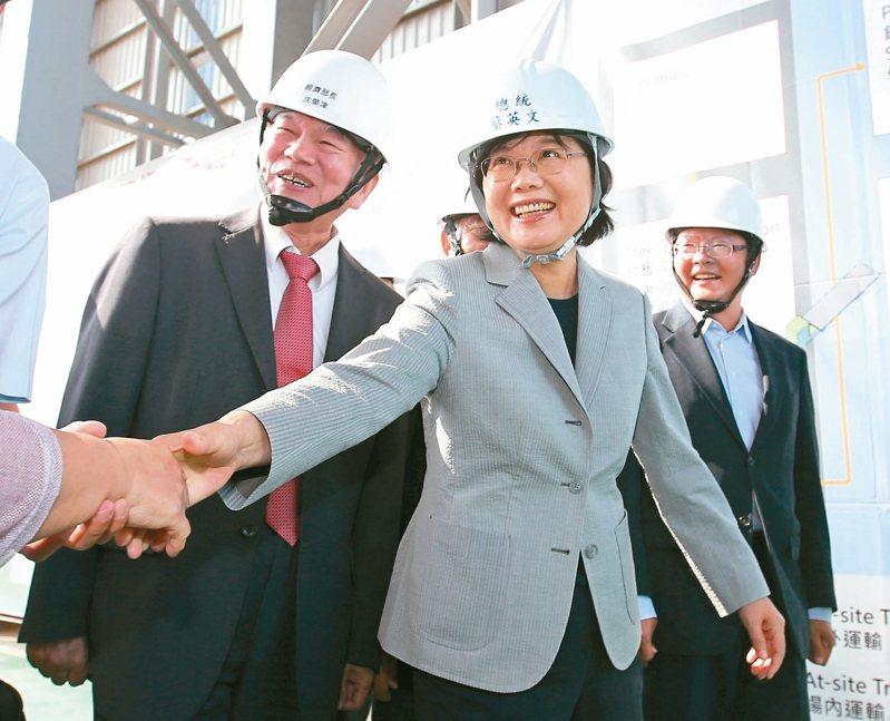 蔡英文總統(中)、經濟部長沈榮津(左)與世紀鋼董事長賴文祥出席離岸風電水下基礎生產基地「基樁對接啟動儀式」。 記者林澔一/攝影