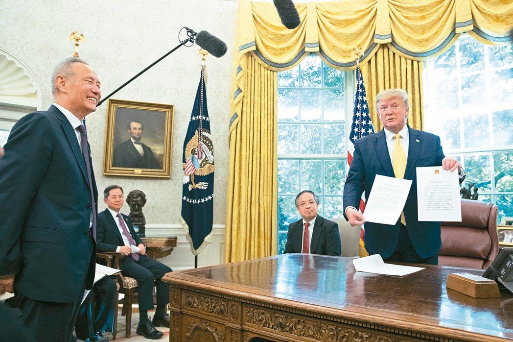 美國總統川普(右)11日宣布,已與中國達成「第一階段協議」左為中國國務院副總理劉...