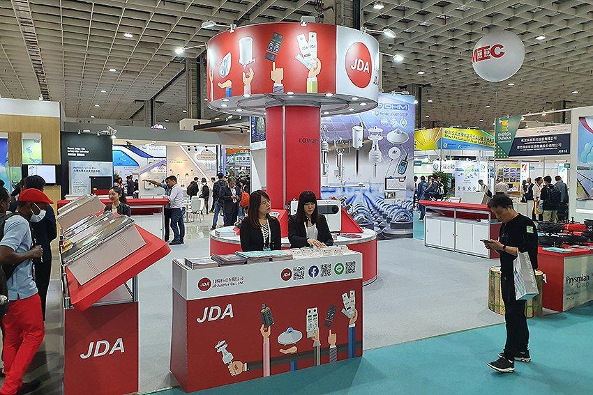 日煬科技攤位在「J0809」,展出電纜線、PRY-CAM、儲能系統櫃、日照計、智...
