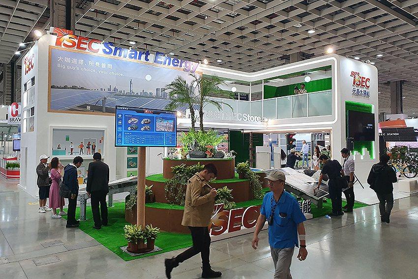 元晶太陽能在「J0102」攤位展出,今年設計主題為「迎向智慧城市」。 曹松清/攝...