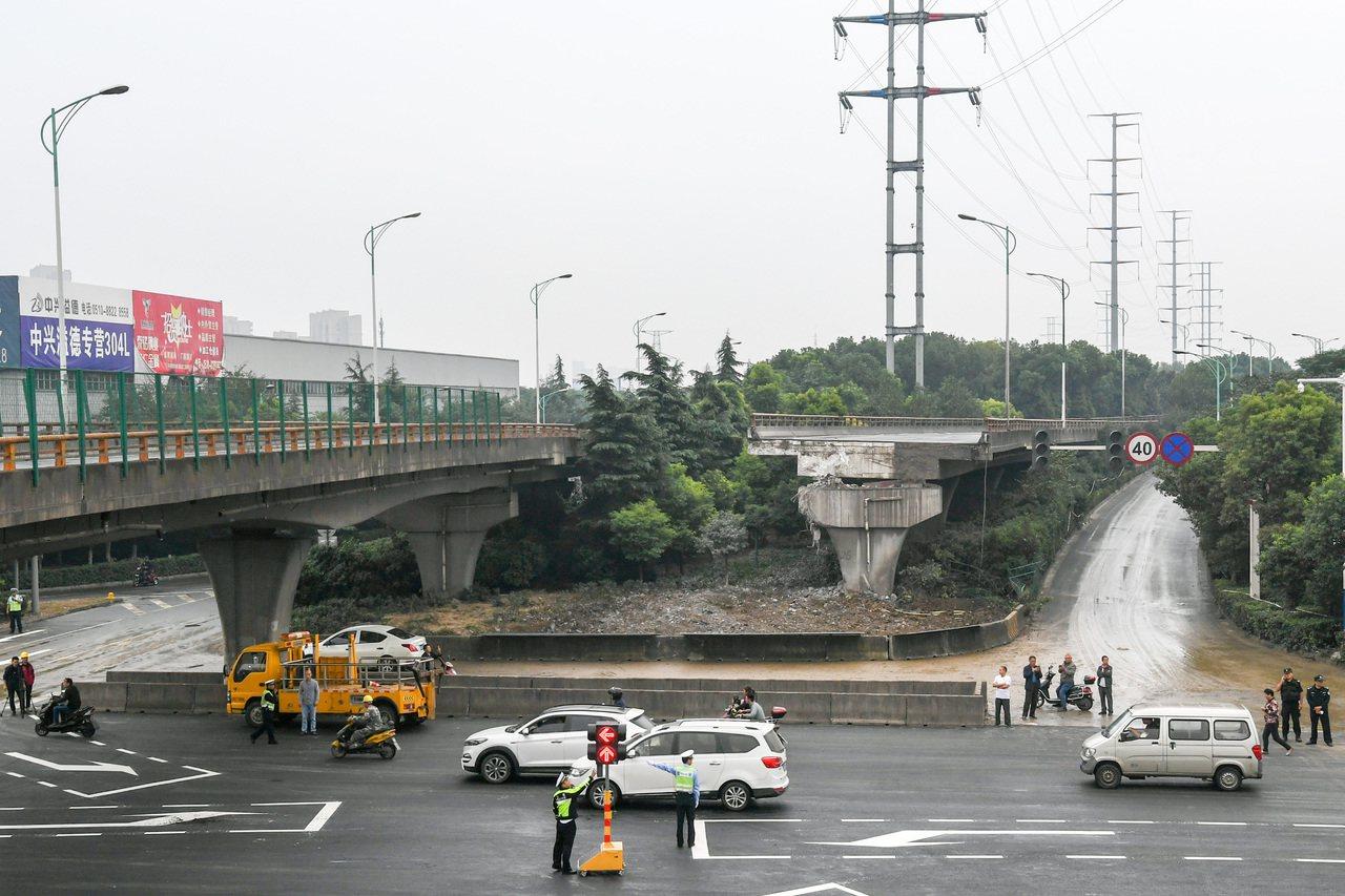 一名貨車司機表示「短途運輸不好做,為了賺錢不得不超載。」 新華社